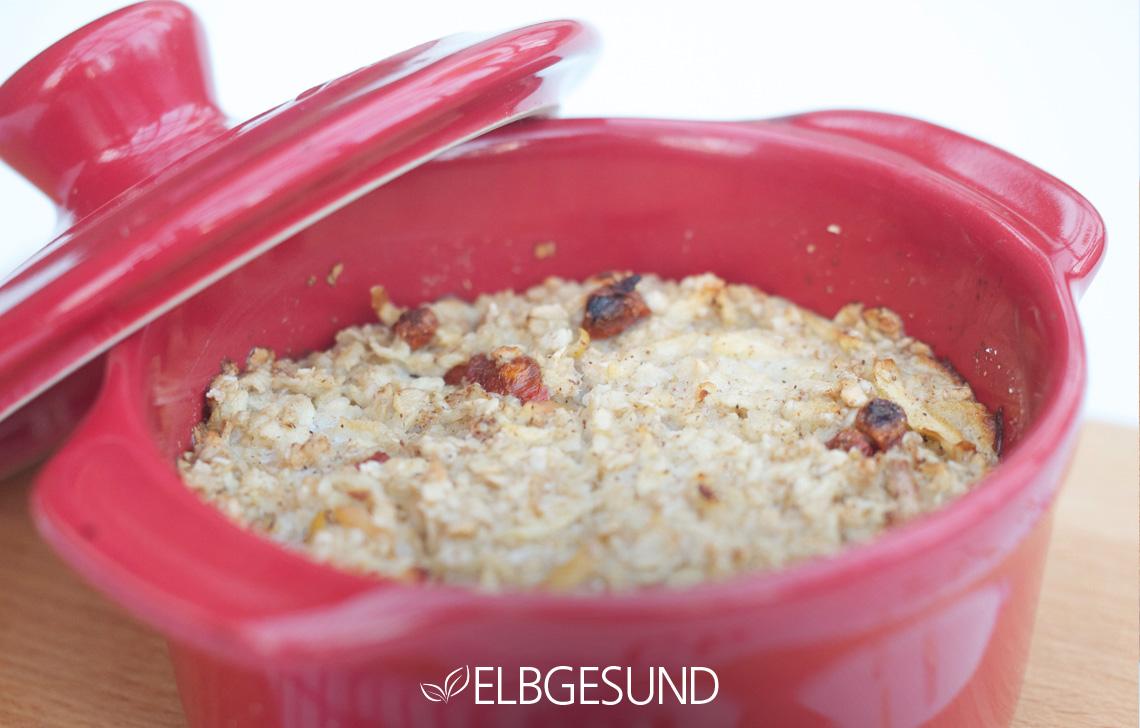 nahaufnahme des oatmeals in der Form nach dem Backen
