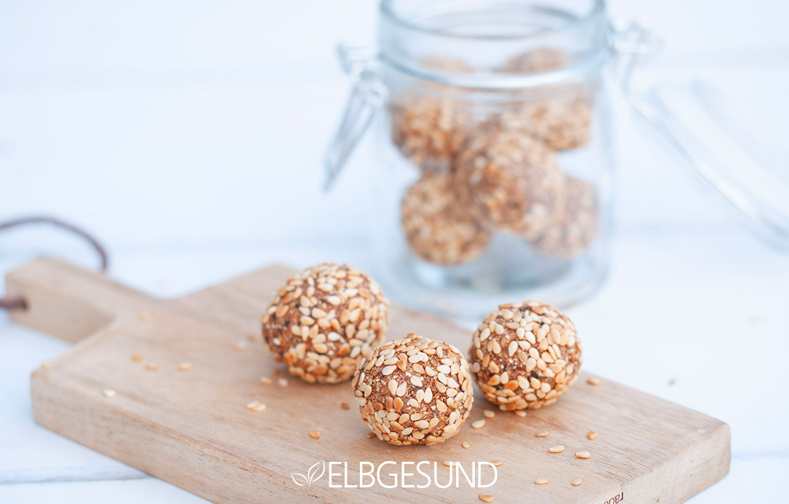Pflaumen Energyballs Snacks Gesund Tablett